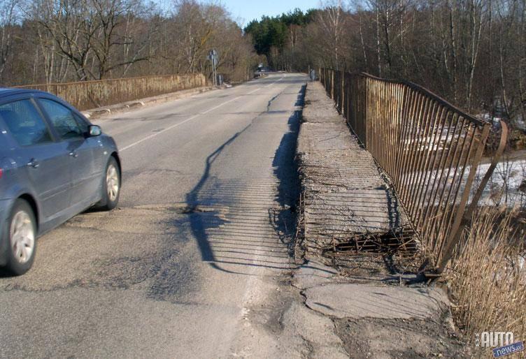 No sāls ļoti cieš arī mūsu infrastruktūra – ceļi un tilti. Izrādās, sālsūdens ietekmē betons sagrūst piecas reizes ātrāk kā parasta lietusūdens ietekmē.