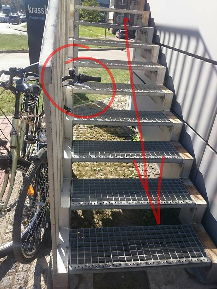 Itin bieži novērojama aina, kad velosipēdi ir pieslēgti pie kāpnēm gan ārpus nama, gan kāpņu telpās, tādējādi apgrūtinot un pat padarot bīstamu pārvietošanos pa kāpnēm. Pret šādu nepamanītu svešķermeni - velosipēda stūri - var gūt ļoti nepatīkamus sasitumus vai pat lūzumus.