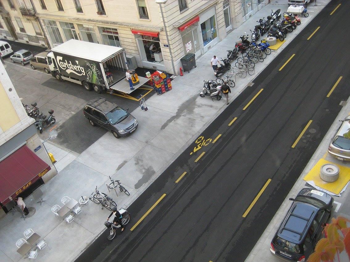 Piemērs no Šveices, kur autostāvvieta piegādes transportam izveidota šķērsielā, un preces līdz veikalam tiek nogādātas ar palešu pacēlāju vai piegādes ratiņiem. Foto (c): Toms Kokins