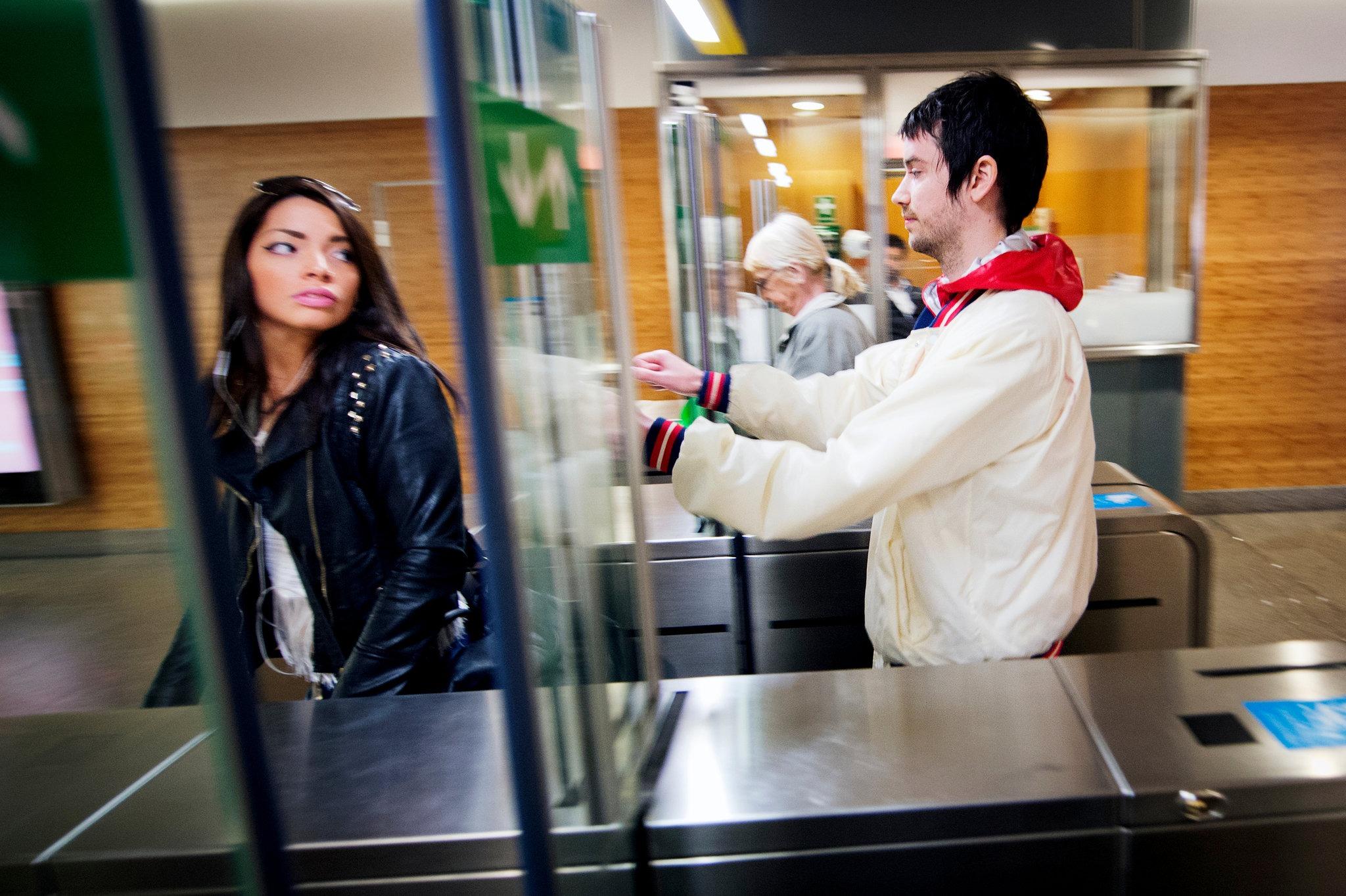 Kāds stokholmietis ielavās metro, ejot cieši aiz par biļeti samaksājušas stokholmietes.